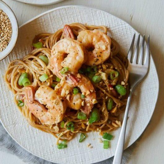 Noodles με φιστικοβούτυρο, φασόλια και γαρίδες | tlife.gr