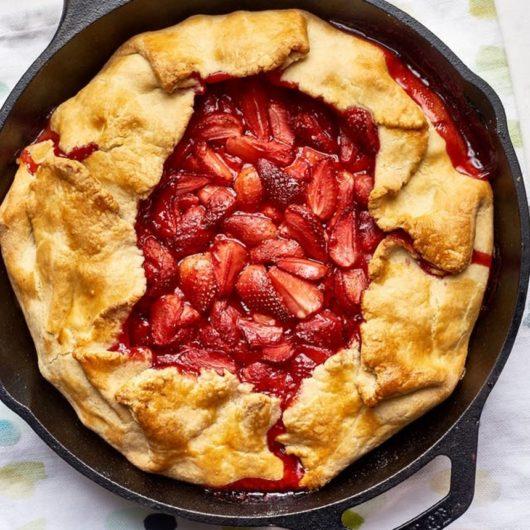 Εύκολη πίτα με καραμελωμένες φράουλες | tlife.gr