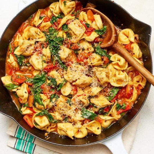 Φρέσκα τορτελίνια Τοσκάνης με ντομάτα και σπανάκι | tlife.gr