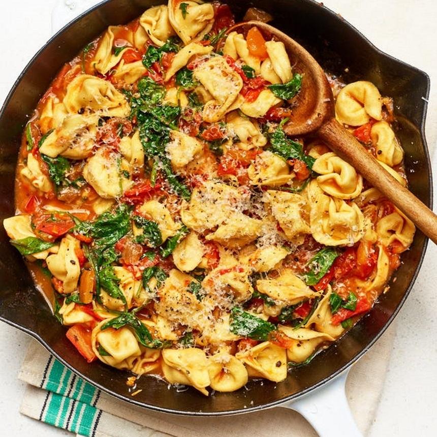 Φρέσκα τορτελίνια Τοσκάνης με ντομάτα και σπανάκι