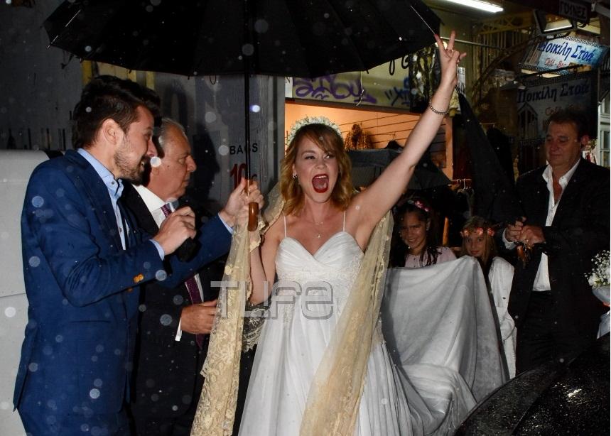 Ρομαντικός γάμος στη βροχή για τη Λένα Παπαληγούρα! Φωτογραφίες