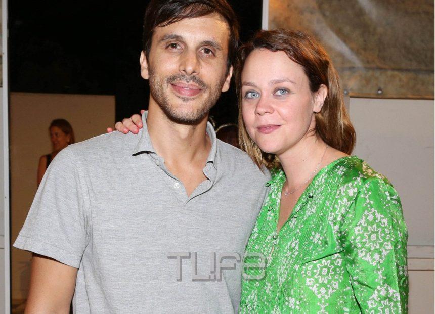 Λένα Παπαληγούρα: Στην σκηνή στον 5o μήνα της εγκυμοσύνης της, έχοντας στο πλευρό τον σύντροφό της και τον πατέρα της! Φωτογραφίες | tlife.gr