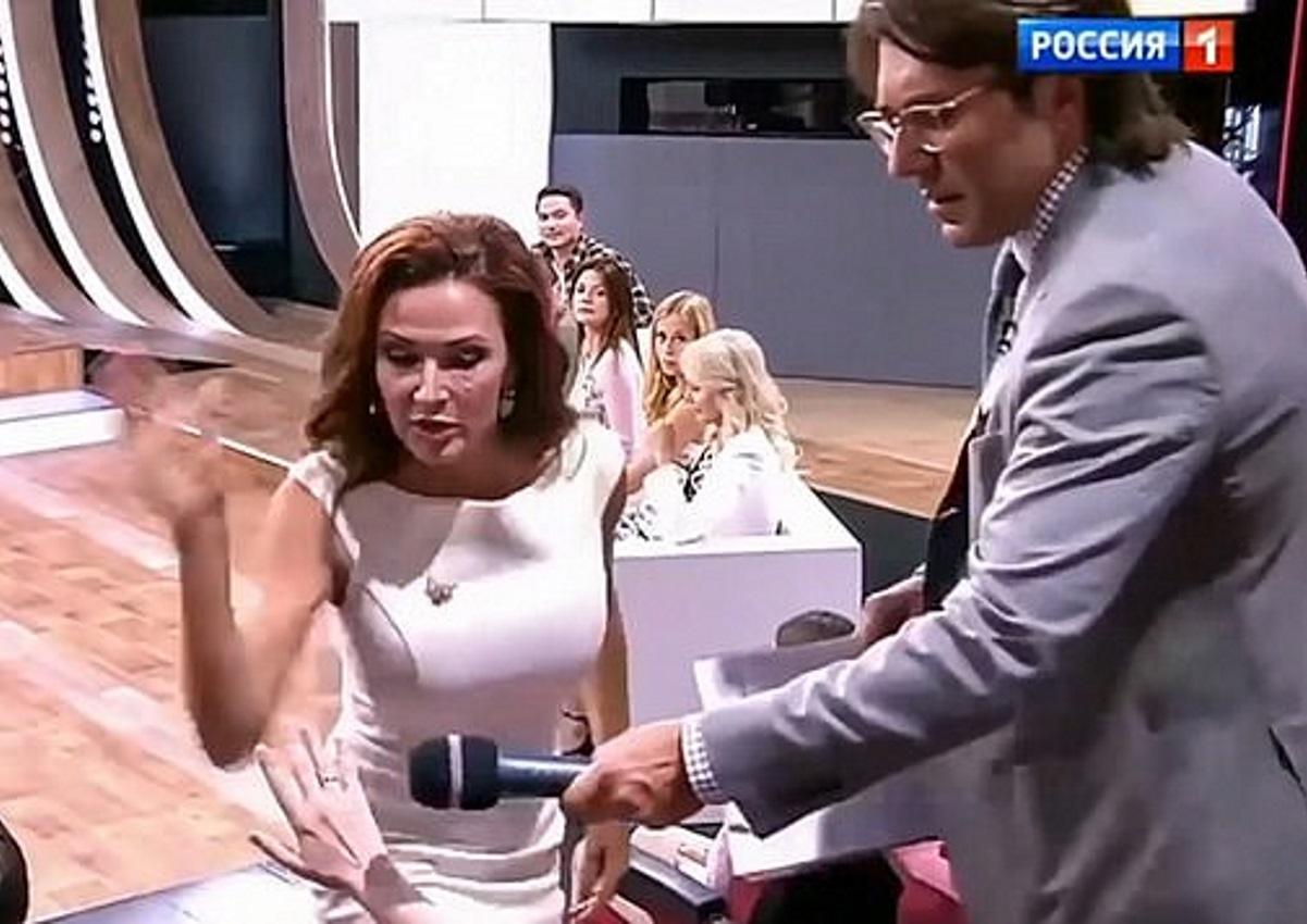 Απίστευτο βίντεο: Ηθοποιός χαστουκίζει γυναίκα από το κοινό σε εκπομπή! Είχε μιλήσει άσχημα για το άρρωστο παιδί της [video] | tlife.gr