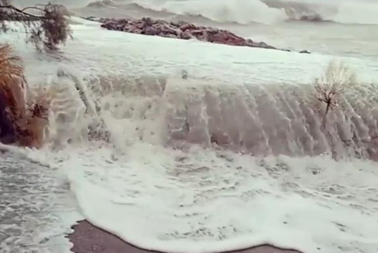 Πρωτόγνωρες εικόνες από τον σαρωτικό Ζορμπά! Χαμός στα λιμάνια – Κλειστοί δρόμοι στην Αττική | tlife.gr