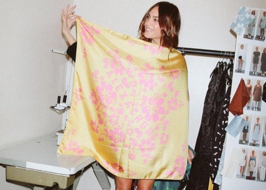 H Αlexa Chung συνδυάζει πάντα τις φούστες της με αυτό το top! Eσύ;