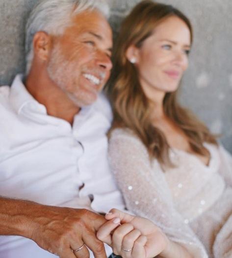 Το υπέροχο και λαμπερό νυφικό της καλλονής  συζύγου του Χάρη Χριστόπουλου! [pics]   tlife.gr