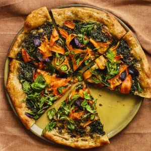 Σπιτική πίτσα με πέστο καρότου και μυρωδικά