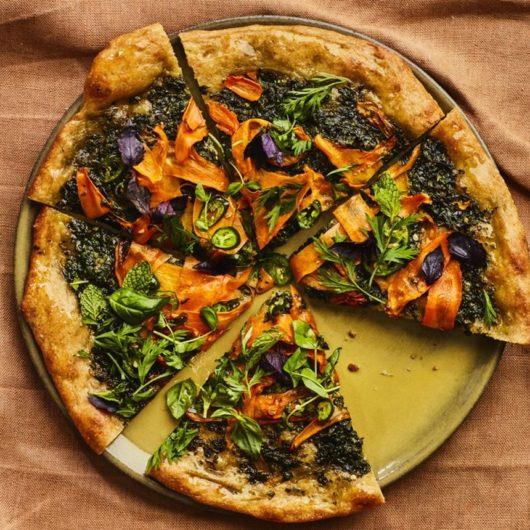 Σπιτική πίτσα με πέστο καρότου και μυρωδικά   tlife.gr