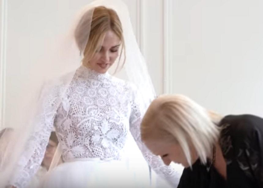 Δες την Chiara Ferrangi να κάνει πρόβα νυφικού με τη βοήθεια της σχεδιάστριας του οίκου Dior