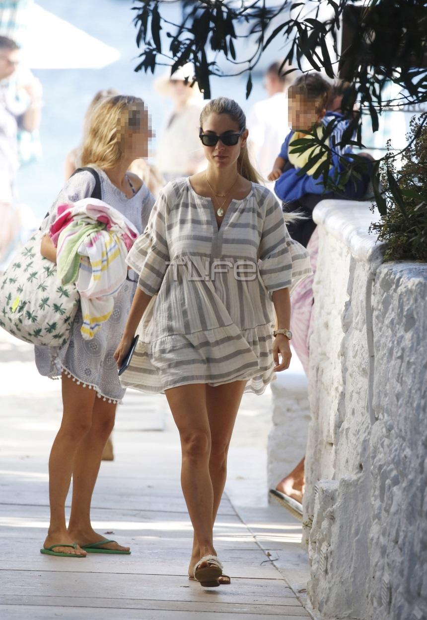 89ffa25b0e18 Ο φωτογραφικός φακός του TLIFE αποθανάτισε την γλυκιά μανούλα ντυμένη  casual να κάνει βόλτα στα γραφικά σοκάκια του νησιού.