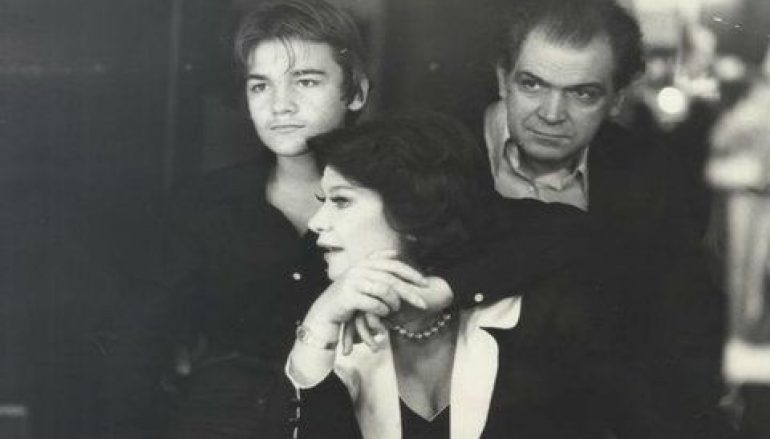Κωνσταντίνος Καζάκος: Η συγκινητική φωτογραφία του γιου του με την γιαγιά του Τζένη Καρέζη που δεν γνώρισε ποτέ | tlife.gr