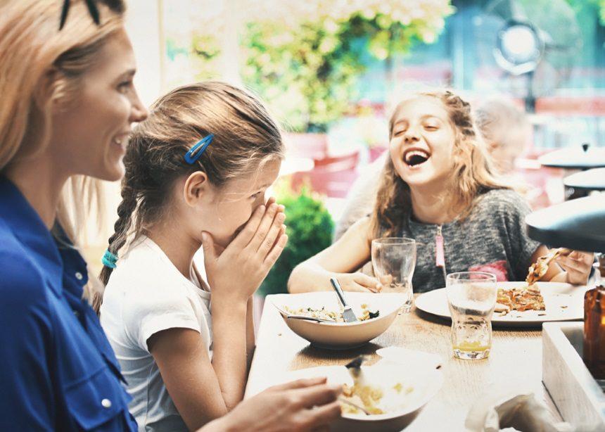 Eating out: Πέντε λόγοι που αξίζει να τρώτε έξω με τα παιδιά και γιατί να το επιλέξετε | tlife.gr
