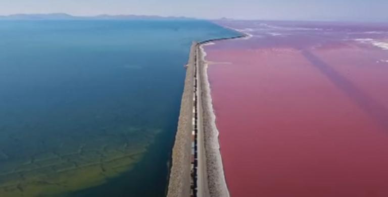 Μια λίμνη με τα μισά νερά μπλε και τα άλλα μισά ροζ! | tlife.gr