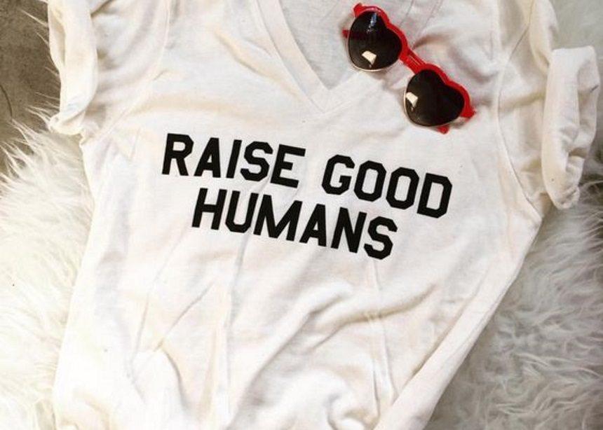 Mom Logo Tees: Τα πιο cool logo t-shirts που μπορείς να κάνεις δώρο στον εαυτό σου! | tlife.gr