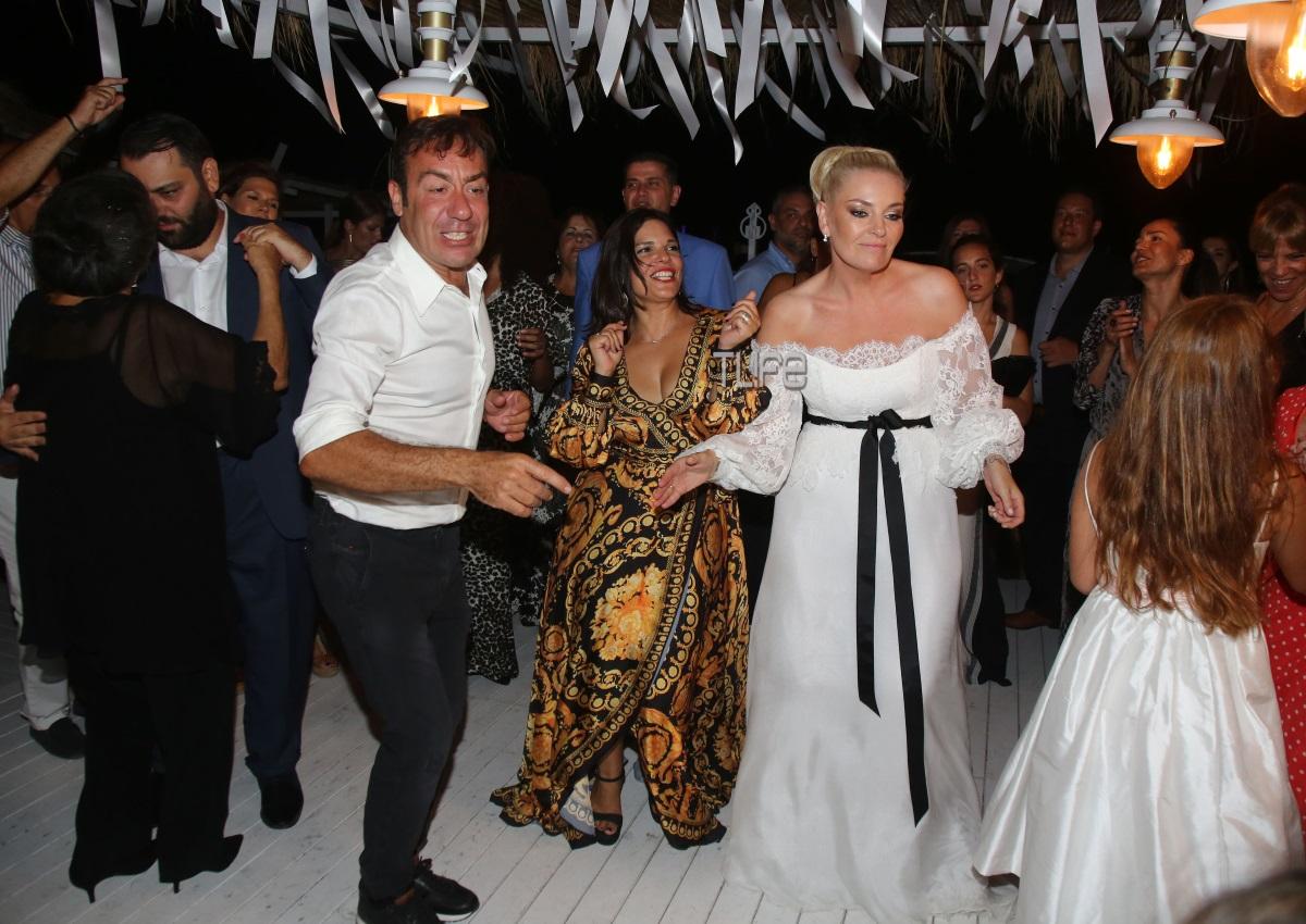 Ελισάβετ Μουτάφη – Μάνος Νιφλής: Ο πρώτος χορός και όλα όσα έγιναν στο γαμήλιο πάρτι! [pics] | tlife.gr