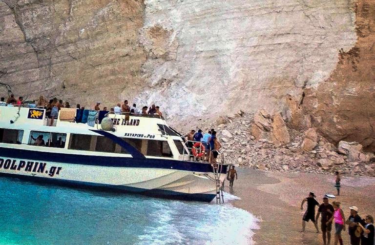 Έτσι έζησαν τον τρόμο στο Ναυάγιο! Βάρκες στον… αέρα, μανάδες έψαχναν τα παιδιά τους – Αποκλεισμένη μέχρι νεοτέρας η παραλία | tlife.gr