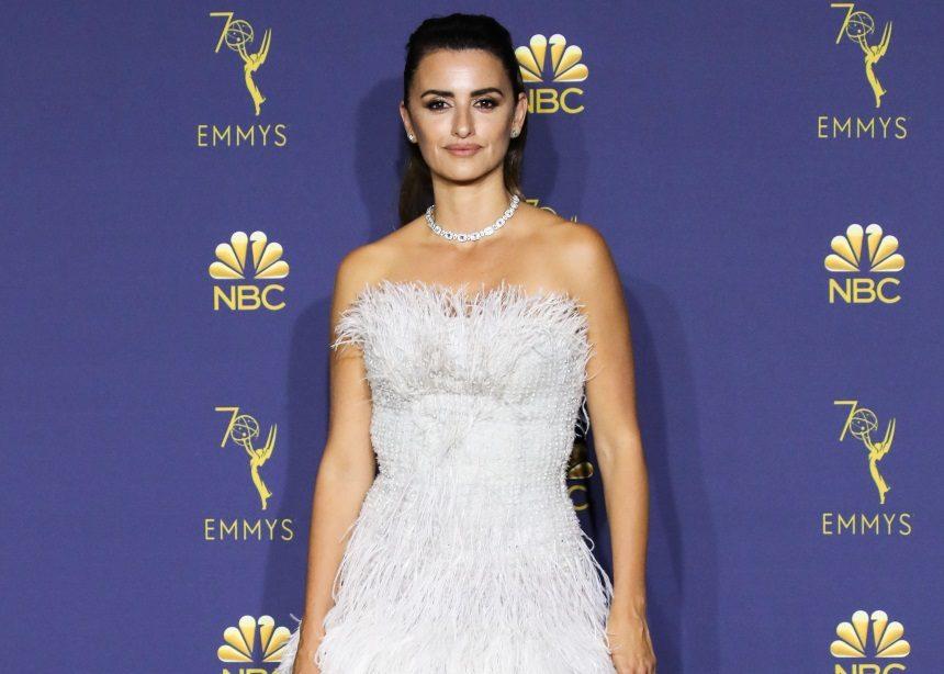 Δεν θα πιστέψεις πόσες ώρες χρειάστηκαν για να δημιουργηθεί το Chanel Couture φόρεμα της Penelope Cruz | tlife.gr