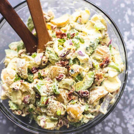 Δροσερή πατατοσαλάτα με αβοκάντο και σος γιαουρτιού | tlife.gr