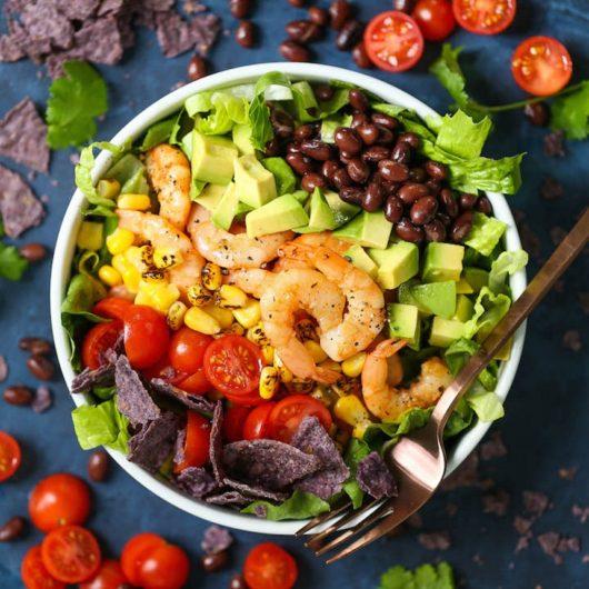 Πράσινη σαλάτα με αβοκάντο και ψητές γαρίδες | tlife.gr
