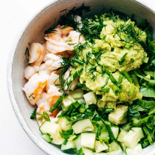 Φρέσκια σαλάτα με αβοκάντο και γαρίδες | tlife.gr