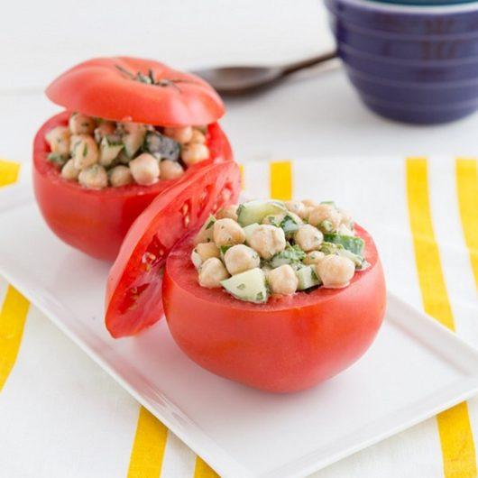 Κρύες ντομάτες γεμιστές με ρεβιθοσαλάτα | tlife.gr