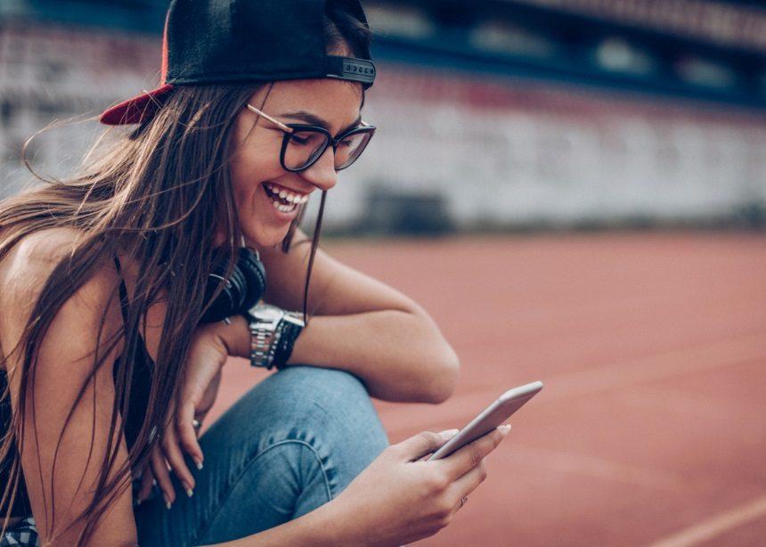 Εφηβεία και smartphone: Τα υπέρ και τα κατά της αγοράς ενός κινητού τηλεφώνου για το παιδί σου | tlife.gr
