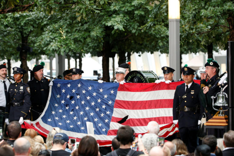 Δίδυμοι Πύργοι: Σιωπή και δάκρυα στην τελετή μνήμης των θυμάτων της 11ης Σεπτεμβρίου [pics] | tlife.gr