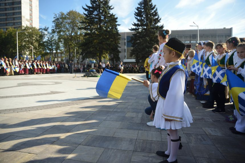 H Mαριούπολη έχει ελληνική πλατεία! Φωτογραφίες από τα εγκαίνια! | tlife.gr