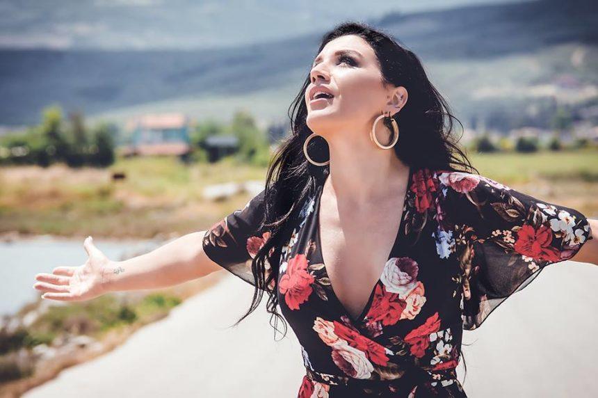 Ιουλία Καλλιμάνη: Μετά το The Voice βάζει «φωτιές» και όχι μόνο… VIDEO | tlife.gr