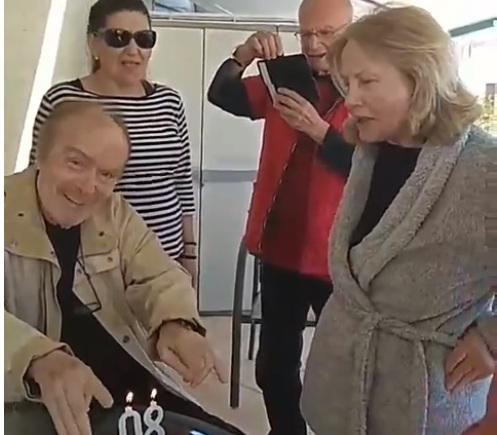 Ντίνος Καρύδης: Έσβησε 80 κεράκια στην τούρτα του, λίγο μετά την περιπέτεια της υγείας του! video | tlife.gr