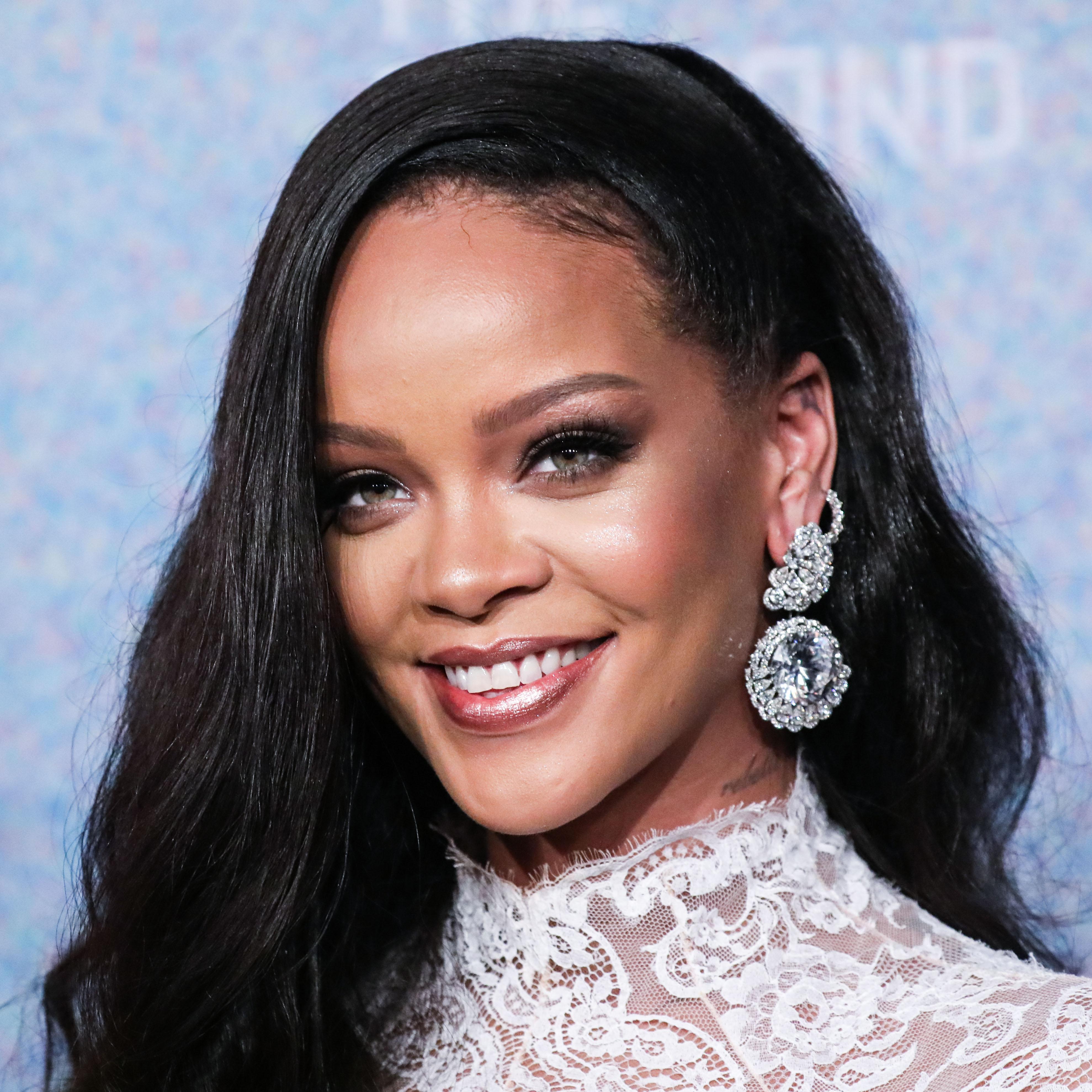 Το παράδοξο σημείο που η Rihanna βάζει highlighter!