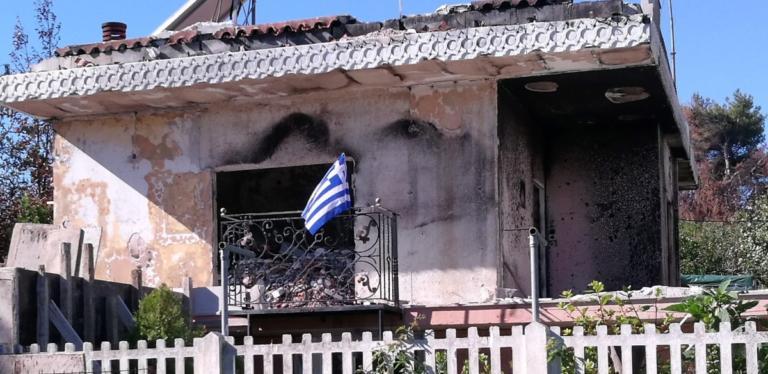 Ύψωσε τη γαλανόλευκη στο καμένο σπίτι της στο Μάτι για την 28η Οκτωβρίου! | tlife.gr
