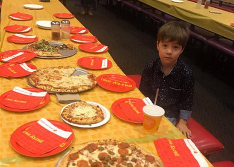 Έτσι γιόρτασε τελικά τα γενέθλιά του ο 6χρονος Τέντι που άφησαν ολομόναχο οι συμμαθητές του! [video] | tlife.gr