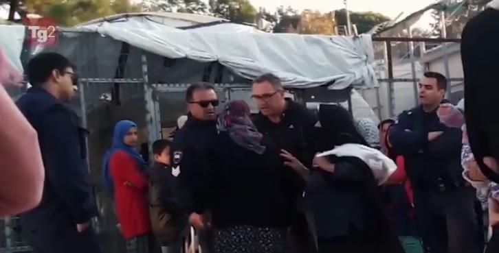 Μόρια: Σε διαθεσιμότητα ο νταής αστυνομικός που έβρισε ηλικιωμένη – Το βίντεο της ντροπής | tlife.gr