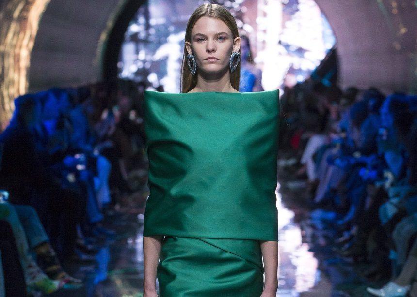 Oversized ώμοι, sexy φορέματα, androgyne λεπτομέρειες! Αυτή είναι η νέα συλλογή του Balenciaga | tlife.gr