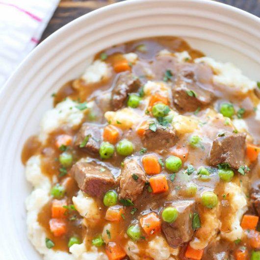 Μοσχαράκι στην κατσαρόλα με σκορδάτο πουρέ πατάτας | tlife.gr