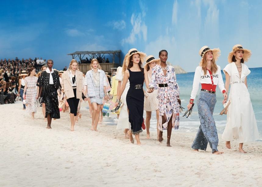 "Chanel: Ο Karl Lagerfeld ""μεταμόρφωσε"" το Grand Palais σε εξωτική παραλία για τις ανάγκες της νέας κολεξιόν   tlife.gr"