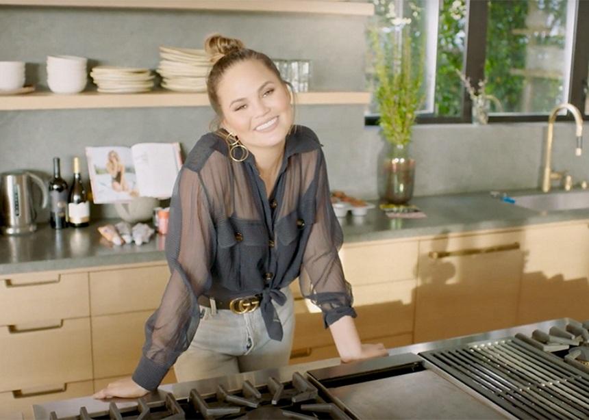Η Chrissy Teigen ετοιμάζει ένα καινούριο βιβλίο μαγειρικής για τους πιο αυστηρούς κριτές   tlife.gr