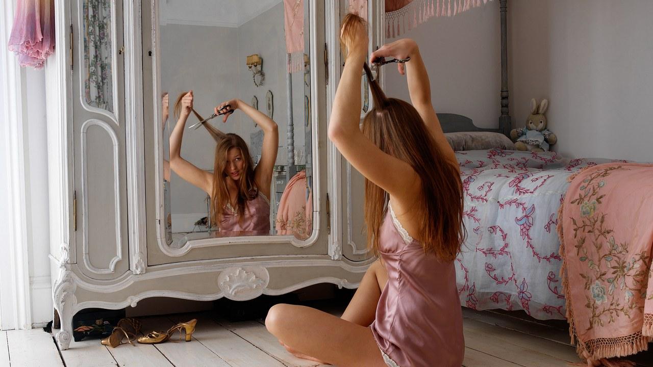 Vlogger έκοψε τα μαλλιά της και τα έκανε… πινέλα! | tlife.gr