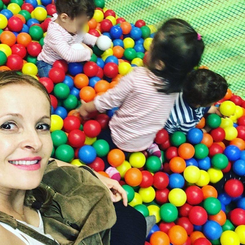 Ηρώ Σάια: Η σύζυγος του Σταύρου Ξαρχάκου παίζει στον παιδότοπο με τα δίδυμα! video | tlife.gr