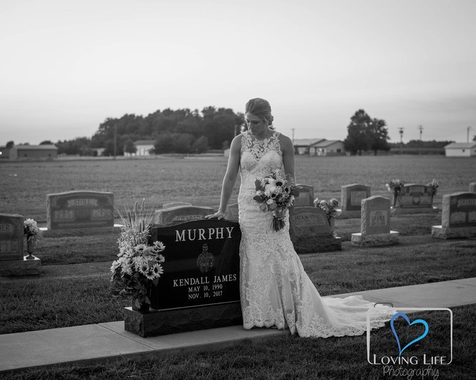 Ραγίζει καρδιές η νύφη που ποζάρει στον τάφο του αγαπημένου της! Φωτογραφίες | tlife.gr