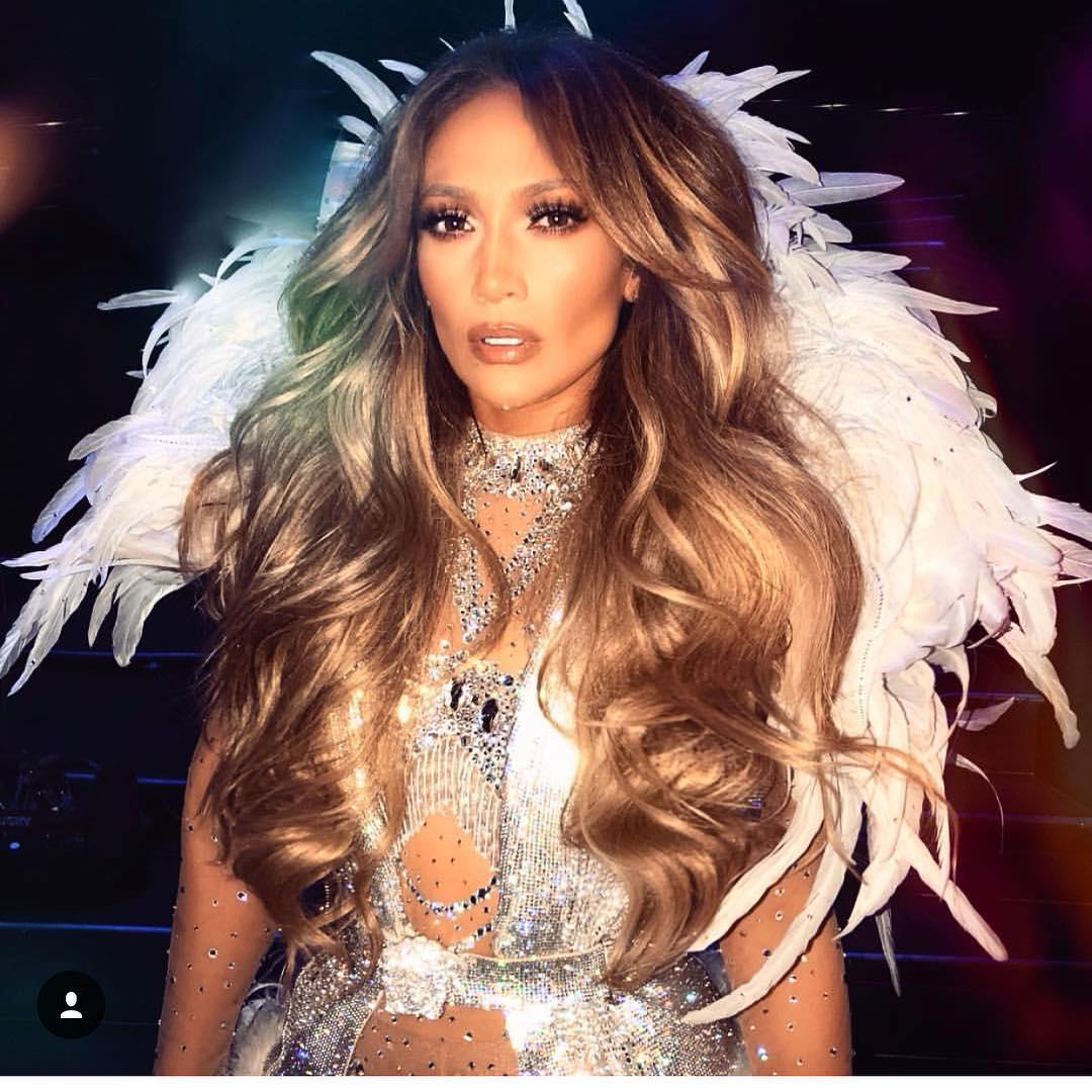 H 49χρονη Jennifer Lopez μας δείχνει τις καμπύλες της! Η πόζα με το καυτό μπικίνι που κόβει ανάσες! | tlife.gr