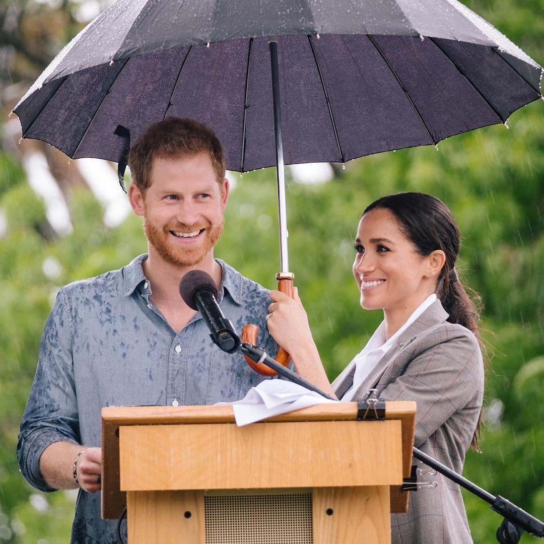 Στοργική σύζυγος η Μέγκαν Μαρκλ! Κρατάει την ομπρέλα όσο ο πρίγκιπας Χάρι μιλά στο κοινό