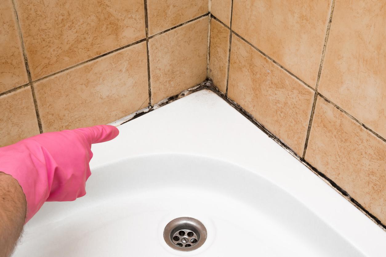 Πώς βγαίνει η μούχλα από τα δύσκολα σημεία στο μπάνιο [vid] | tlife.gr