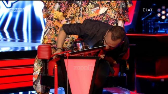 "The Voice: Απίθανο απρόοπτο την ώρα του show! ""Κόλλησε"" η καρέκλα του Πάνου Μουζουράκη… | tlife.gr"