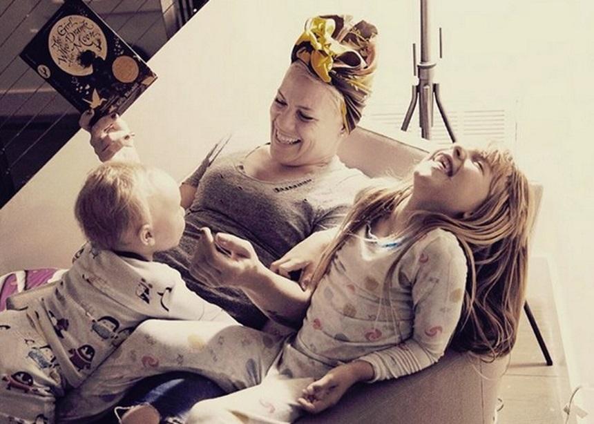 Η Pink τραγούδησε με την μικρή κόρη της και το video είναι ό,τι πιο γλυκό θα δεις σήμερα | tlife.gr