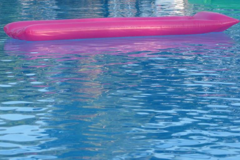 Θεσσαλονίκη: Θρίλερ με νεκρό μπάτλερ στην πισίνα βίλας – Οι αντιφάσεις μπλέκουν τον γιο πασίγνωστου επιχειρηματία! | tlife.gr