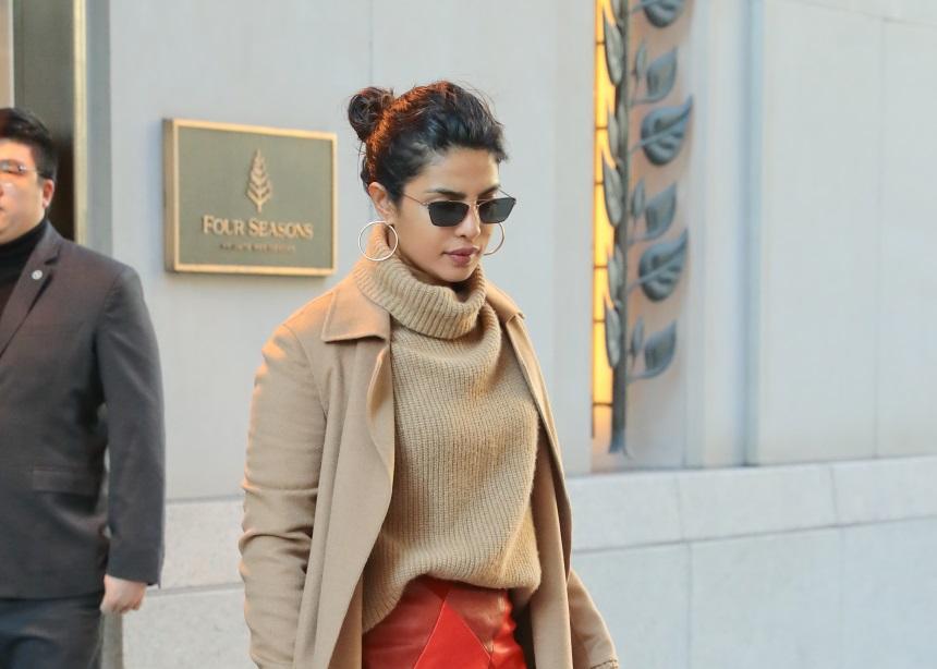 Η Priyanka Chopra έδωσε ένα εντελώς διαφορετικό ύφος στη midi φούστα | tlife.gr