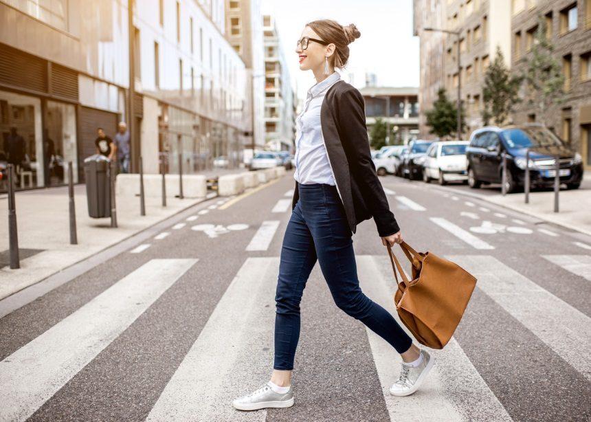 """""""Πόση ώρα πρέπει να περπατάω καθημερινά για να αδυνατίσω;""""   tlife.gr"""
