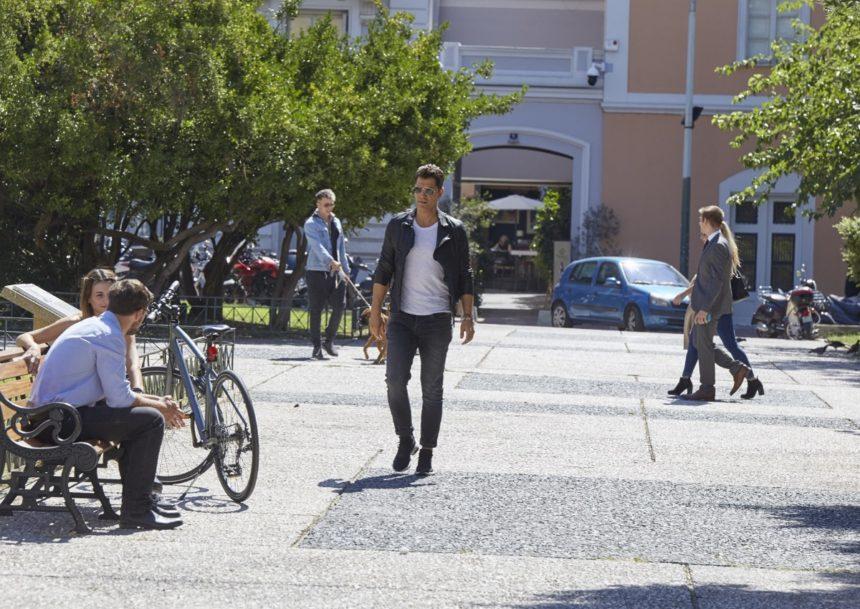Σάκης Ρουβάς: Γυρίζει στο κέντρο της Αθήνας και κάτι ετοιμάζει! | tlife.gr
